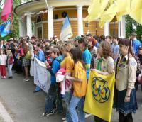 Лінійка дитячих організацій на могилі героїв Крут. Хвилина мовчання.