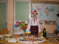 Міжнародний вечір - кожна країна пригощає традиційними стравами. Від України - Олена Мооль