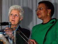 Президент ВАДГДС Елспет Хендерсон вручає особливу нагороду - World Citizenship Award - для Граси Машель, відомої своєю боротьбою за права дітей та жінок