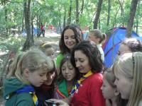 Дівчата зацікавлено розглядають свої перші фотографії з таборового життя