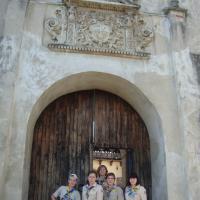 На вході до Олеського замку є старовинний герб