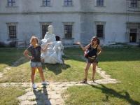 Дівчата-гайди в парку біля Золочівського замку