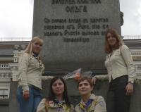 Гайди покладають квіти до пам'ятника княгині Ользі