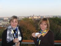 В Європейському молодіжному центрі можна побачити весь Будапешт перед собою. На фото - Оксана Попова та Оля Сердюк