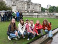 Перед Букингемським палацем