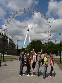 Біля величезного оглядового колеса London Eye