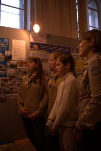 Дівчата-гайди оглядають виставку